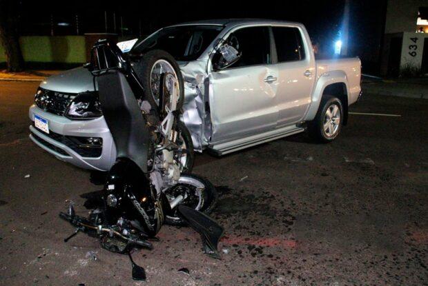 Jovem sobrevive a acidente que destruiu motocicleta, em Maringá