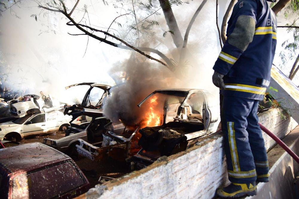 Incêndio atinge vários veículos em ferro-velho de Umuarama