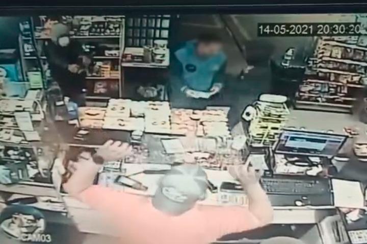 Câmeras de segurança flagram ação de assaltantes em posto de combustíveis