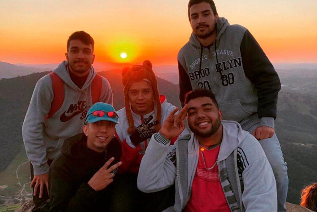 Morador de Umuarama registra aventura ao subir o Pico Agudo com amigos