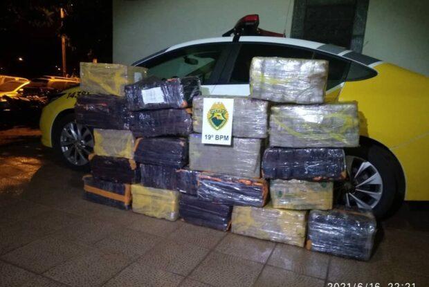 Adolescente é flagrado pela PM transportando mais de 300 quilos de maconha