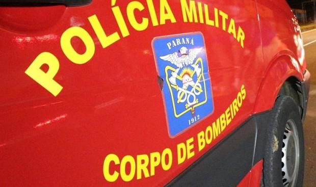 Carro pega fogo na avenida dos Xetás durante a madrugada e bombeiros são acionados