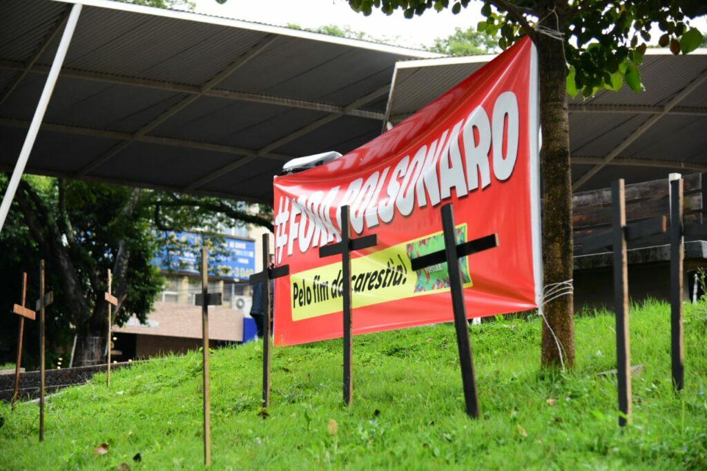 Protesto contra Bolsonaro reúne 30 pessoas na praça Arthur Thomas