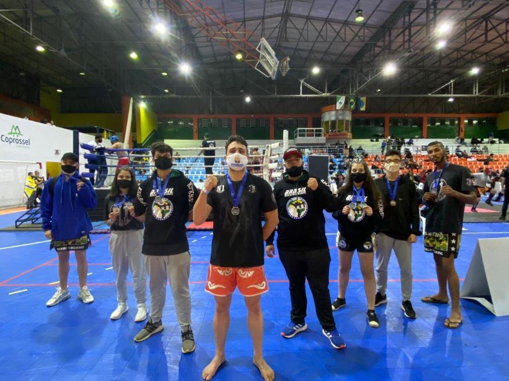 Atletas de Kickboxing vendem rifa para levantar recursos para custear despesas de competição