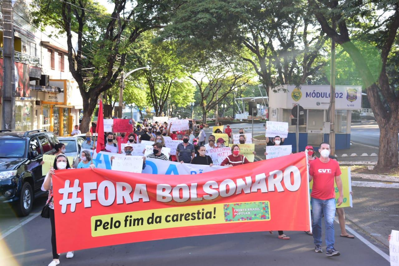 Manifestação contra Bolsonaro reúne mais de uma centena de pessoas em Umuarama