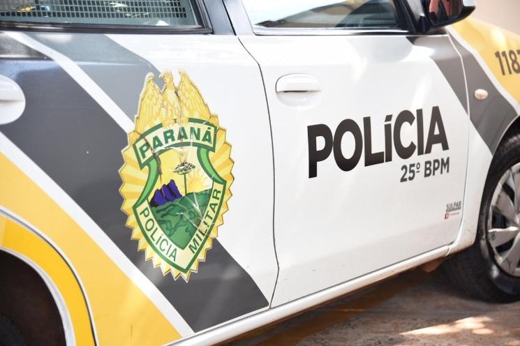 Embriagado, condutor perde controle de carro e sobe na calçada, em Iporã