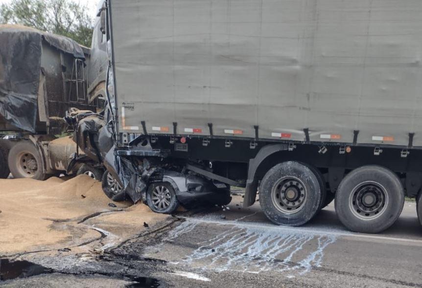Acidente envolvendo 3 caminhões e 5 carros deixa dois mortos na rodovia BR-476
