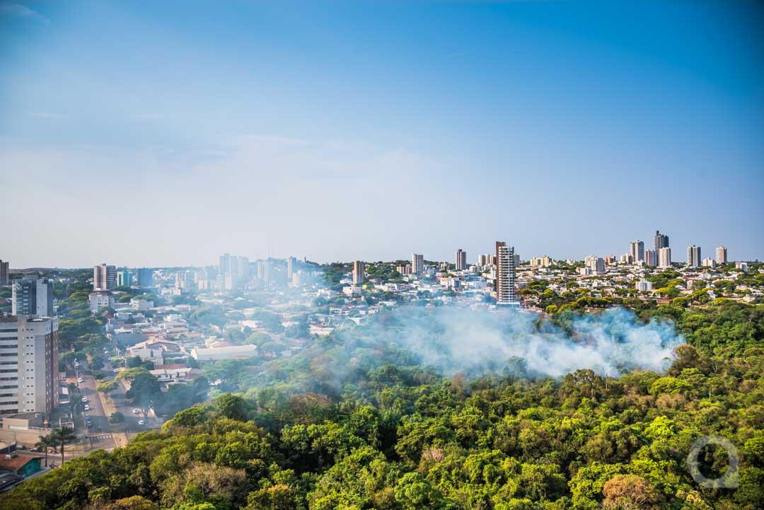Cidade fica encoberta por fumaça de incêndio em vegetação no Bosque do Índio