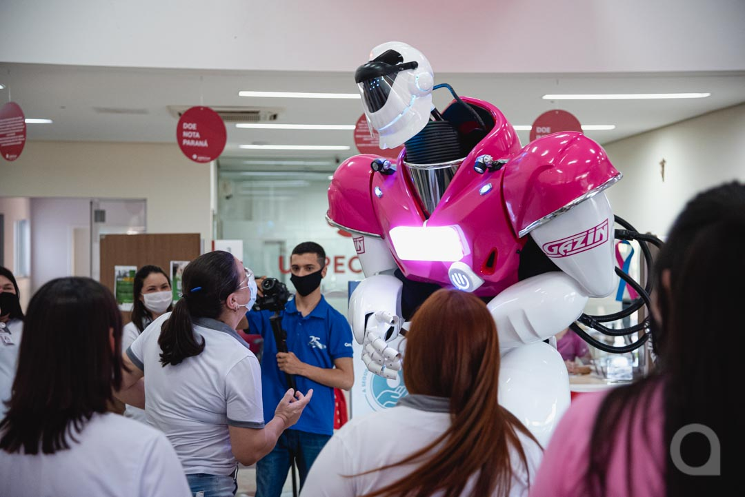 Robozão makes patients and staff happy at Uopeccan de Umuarama