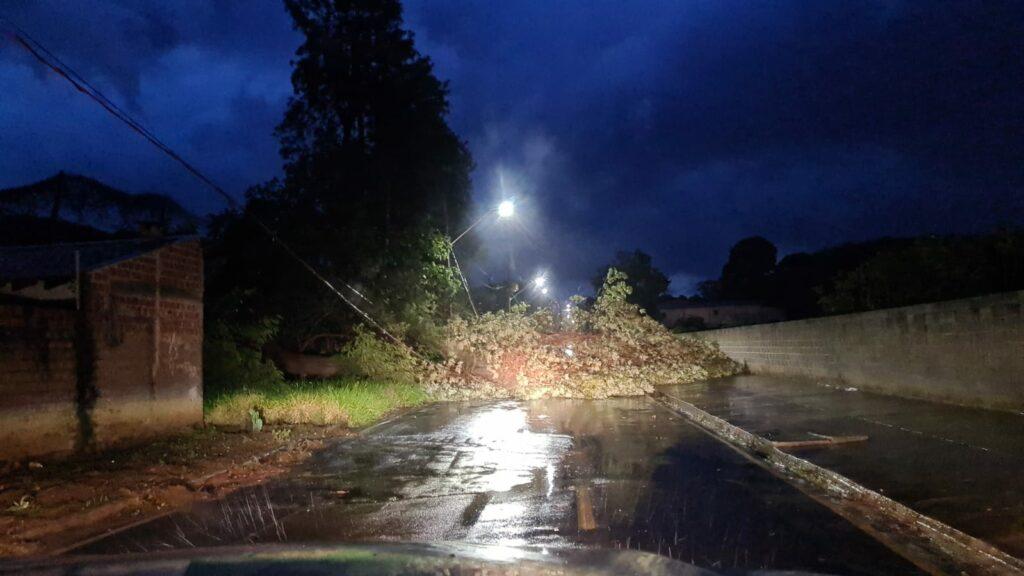 Vento forte deixa dezenas de casas destelhadas no distrito de Roberto Silveira