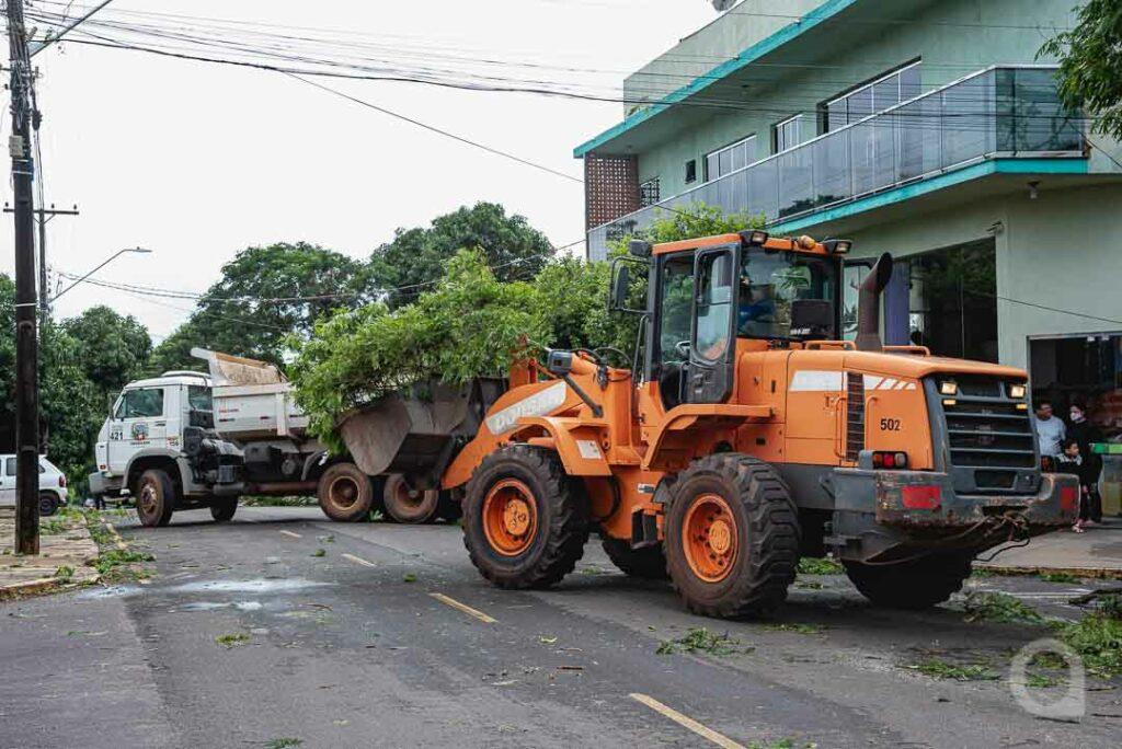 Equipes da Prefeitura realizam limpeza no Parque das Jabuticabeiras após o temporal