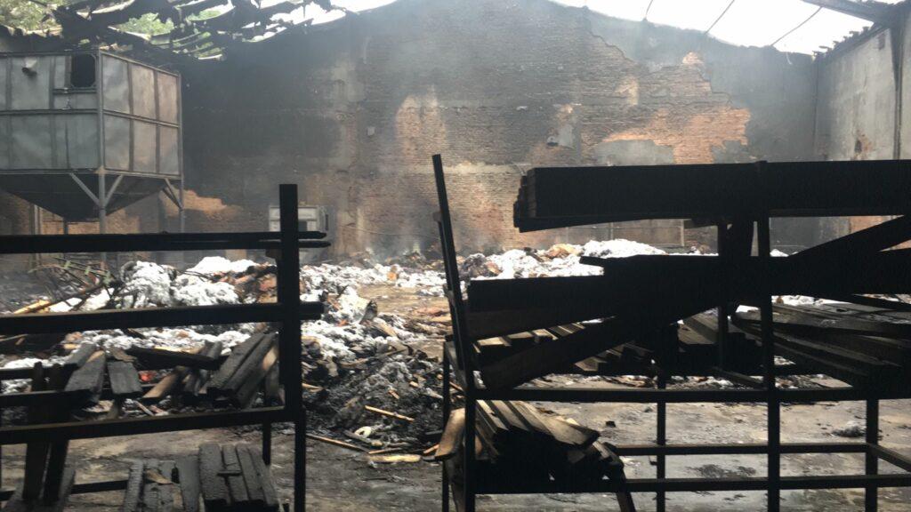 Onze meses após destruição, fábrica de estofados volta a pegar fogo em Cruzeiro do Oeste